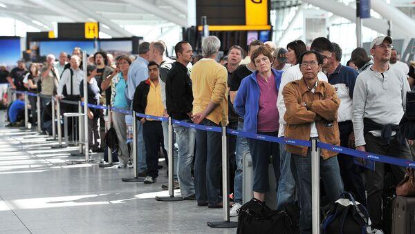 Passengers wait in line for delayed British Airways flights inside Heathrow Airport in London. (File) - Sputnik International