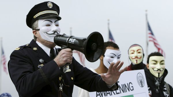 Captain Lewis, a retired Philadelphia police officer, protests with members of the Anonymous Army, with their signature Guy Fawkes masks, in front of the Washington Monument in Washington, November 5, 2015.Captain Lewis, a retired Philadelphia police officer, protests with members of the Anonymous Army, with their signature Guy Fawkes masks, in front of the Washington Monument in Washington, November 5, 2015. - Sputnik International