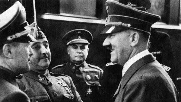 Nazi leader German Chancellor Adolf Hitler (R) shakes hands with Spanish Generalissimo Francisco Franco at Hendaye train station on the French-Spanish border 23 October 1940. - Sputnik International