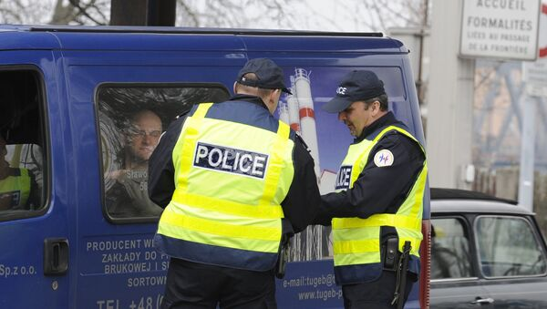 French police officers control cardrivers at the borderstation in Strasbourg, France, on Sunday, March 22, 2009. Till the OTAN - summit German and French border controls will take place. - Sputnik International