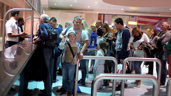 Russian tourists arrive to start their vacations at the airport of the Red Sea resort of Sharm el-Sheikh, Egypt November 6, 2015 - Sputnik International
