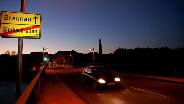 A car drives on an empty bridge crossing the border river Inn at the German-Austrian frontier between Braunau and Simbach am Inn near Passau, Germany at dawn November 1, 2015. - Sputnik International