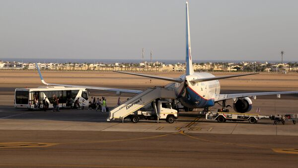 Passengers board a Russian airplane at the airport of the Red Sea resort of Sharm el-Sheikh, November 6, 2015 - Sputnik International