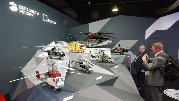 Visitors at the Russian Helicopters stand at the MAKS-2015 air show in Zhukovsky in the Moscow Region - Sputnik International