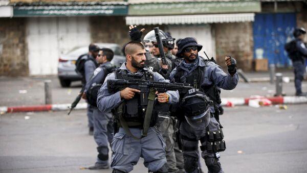Israeli policemen secure the area where a Palestinian stabbed two Israeli Jews before he was shot dead outside Jerusalem's Old City - Sputnik International