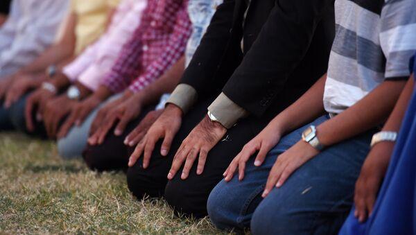 Muslim men kneel to pray - Sputnik International