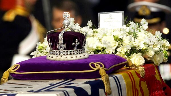 The Koh-i-noor, or mountain of light, diamond, set in the Maltese Cross at the front of the crown made for Britain's late Queen Mother Elizabeth, is seen on her coffin, along with her personal standard, a wreath and a note from her daughter, Queen Elizabeth II, as it is drawn to London's Westminster Hall in this April 5, 2002 file photo. - Sputnik International