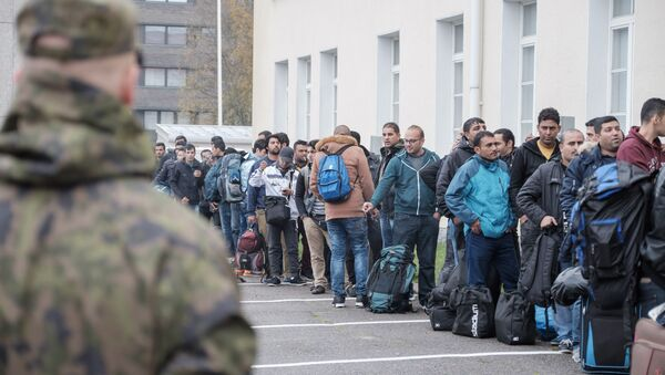 Asylum seekers queue up as they arrive at a refugee reception centre in the northern town of Tornio, Finland, on Friday Sept. 25, 2015 - Sputnik International