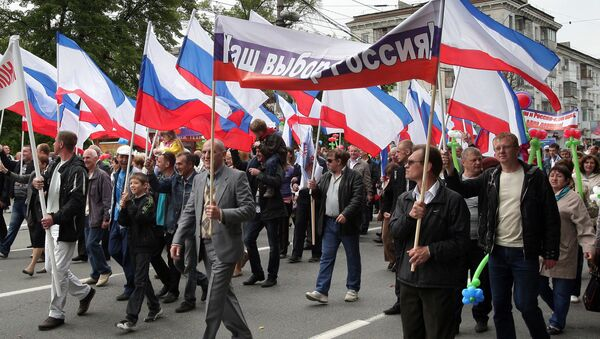 Participants of the May Day demonstration in Simferopol with a poster Our choice - Russia - Sputnik International