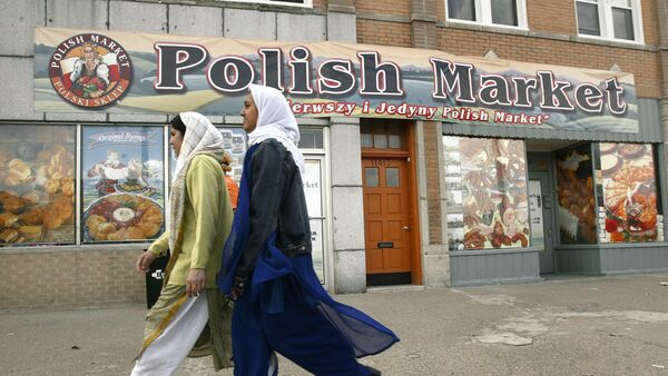 Muslim women walk past the Polish Market in downtown Hamtramck, Mich., Monday, April 19, 2004. In a sign of the deep changes in this once predominantly Polish town, City Council is expected Tuesday to pass a noise ordinance amendment that would permit mosques to issue the traditional call to prayer. But some longtime residents are resisting what they consider an affront to the religious freedom of non-Muslims. - Sputnik International