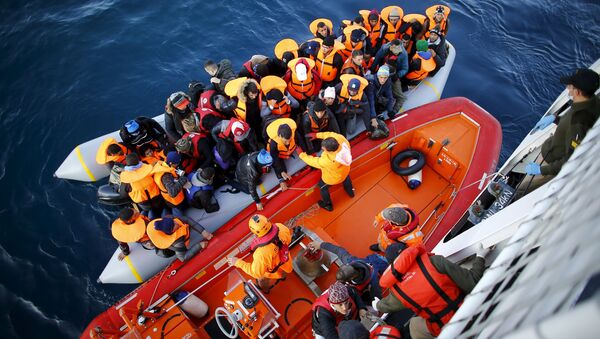 Refugees and migrants board the Turkish Coast Guard Search and Rescue ship Umut-703, off the shores of Canakkale, Turkey, after a failed attempt at crossing to the Greek island of Lesbos, November 9, 2015. - Sputnik International