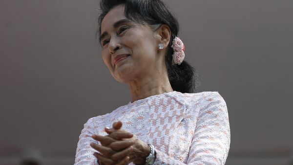 Myanmar's National League for Democracy party leader Suu Kyi looks at supporters after speaking about the general elections in Yangon - Sputnik International