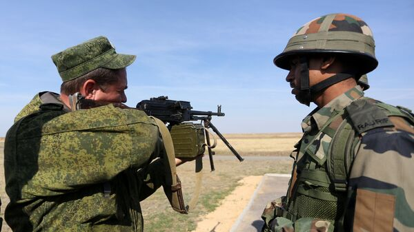 Russian and Indian troops held the first firing exercises during the joint Indra-2015 drills in northern India's Mahajan firing range - Sputnik International