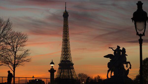 A man stands near the Eiffel tower in Paris on November 10, 2015 - Sputnik International