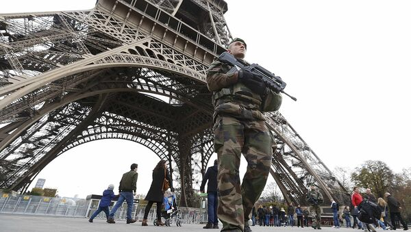 French military patrol near the Eiffel Tower the day after a series of deadly attacks in Paris , November 14, 2015 - Sputnik International