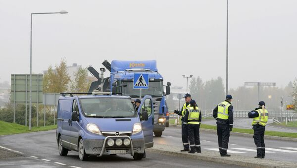 Finnish customs officers stop and inspect cars on Finland's northern border with Sweden on September 25, 2015 to prevent illegal immigration and human trafficking - Sputnik International