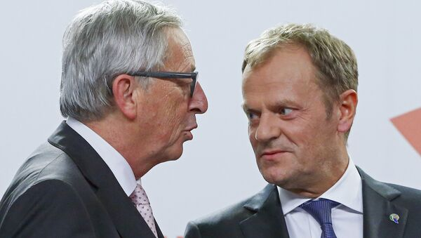European Commission President Jean Claude Juncker (L) and European Council President Donald Tusk talk together after a news conference after the Valletta Summit on Migration, followed by an informal meeting of European Union heads of state and government in Valletta, Malta, November 12, 2015 - Sputnik International