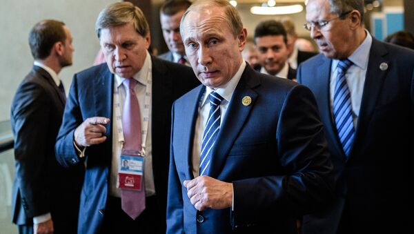 Russian President Vladimir Putin (C) arrives on day two of the G20 Turkey Leaders Summit on November 16, 2015 in Antalya. Putin said on November 16 that the attacks in Paris showed the need for his proposal for an international anti-terror coalition to be realised - Sputnik International