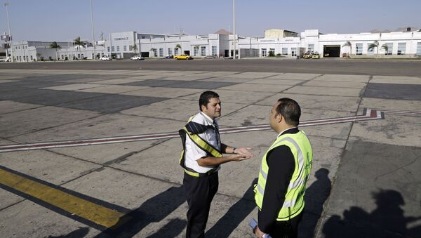 Ground personnel oversee the departure of an Egyptair Express flight bound for Cairo at Sharm el-Sheikh Airport in south Sinai, Egypt, Monday, Nov. 9, 2015 - Sputnik International