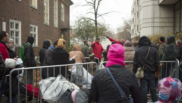 Migrants queue at the compound outside the Berlin Office of Health and Social Affairs (LAGESO) waiting to register in Berlin, Germany, November 17, 2015 - Sputnik International