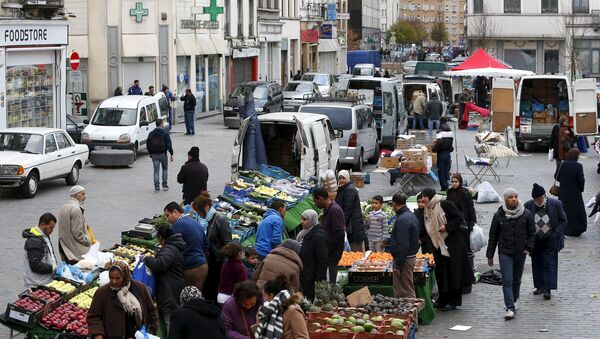 People shop at a market in the neighbourhood of Molenbeek, where Belgian police staged a raid following the attacks in Paris, at Brussels, Belgium November 15, 2015 - Sputnik International