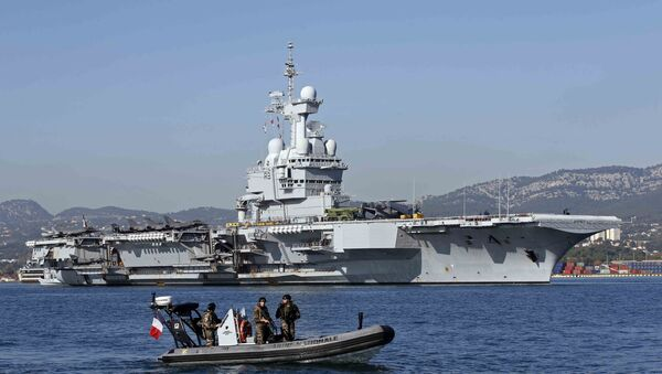 French army soldiers secure the area around the nuclear-powered aircraft carrier Charles de Gaulle as it leaves the naval base of Toulon, France - Sputnik International