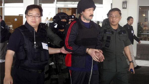 Alleged Russian arms trafficker Viktor Bout, center, escorted by Thai police commandos, arrives at Don muang airport in Bangkok. (File) - Sputnik International