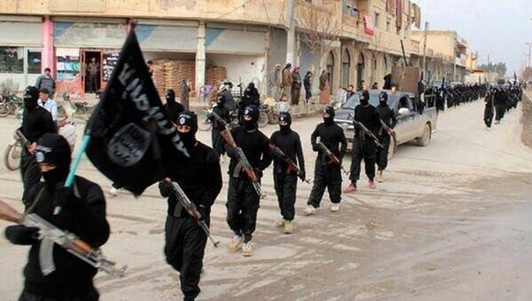 Fighters from the al-Qaida linked Islamic State of Iraq and the Levant (ISIL) marching in Raqqa, Syria - Sputnik International