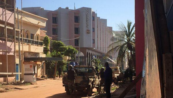 Malian troops take position outside the Radisson Blu hotel in Bamako on November 20, 2015 - Sputnik International