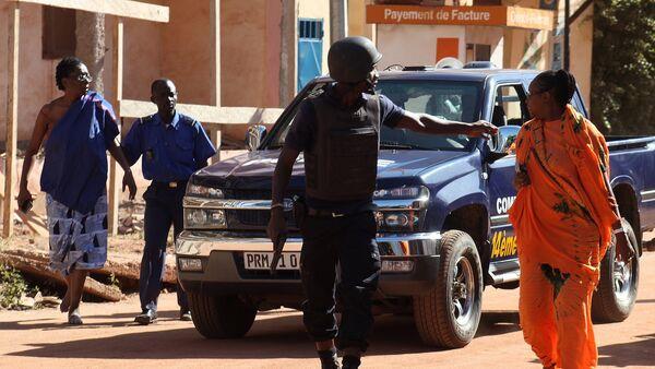 Malian security forces evacuate two women from an area surrounding the Radisson Blu hotel in Bamako on November 20, 2015 - Sputnik International