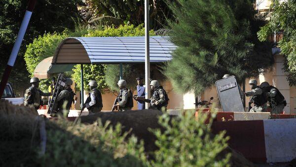 Malian troops take position outside the Radisson Blu hotel in Bamako - Sputnik International