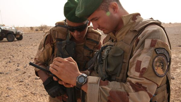In this photo taken Sunday, June 21, 2015, French soldiers look at their sat phone as they are on patrol in the desert south of the village of Deliman, Mali. - Sputnik International