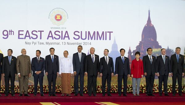 Myanmar President Thein Sein (C-white top) stands next to US President Barack Obama (8th R) and China's Prime Minister Li Keqiang (9th L) and other leaders as they pose for a group photo before the Plenary Session for the 9th East Asia Summit (ESA) in Myanmar's capital Naypyidaw on November 13, 2014. - Sputnik International