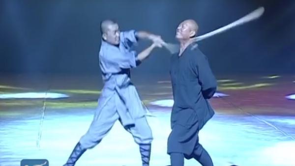 Shaolin Iron Skill Kung Fu: Monk breaks stick with neck - Sputnik International