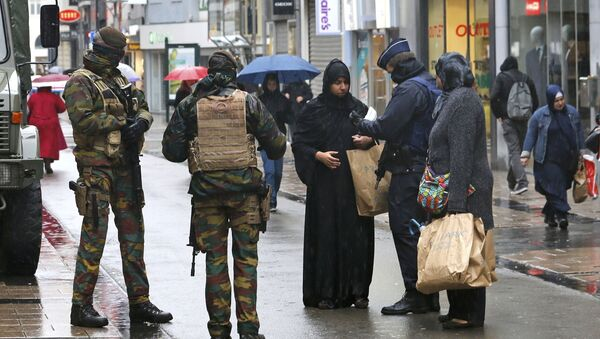 Belgian soldiers and a police officer control the documents of a woman in a shopping street in central Brussels, November 21, 2015, after security was tightened in Belgium following the fatal attacks in Paris - Sputnik International