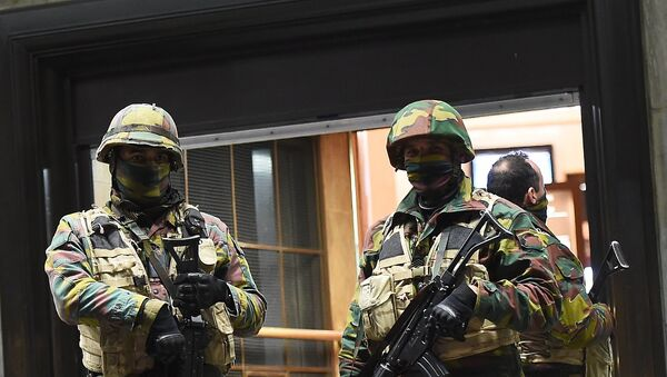 Soldiers stand guard in front of the central train station on November 22, 2015 in Brussels, as the Belgian capital remained on the highest security alert level over fears of a Paris-style attack. - Sputnik International
