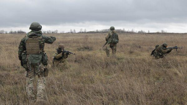 US special forces instructor, left, trains Ukrainian soldiers at the military training ground in Ukraine's Khmelnitsk region Saturday, Nov. 21, 2015 - Sputnik International