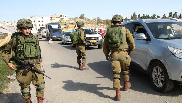 Israeli soldiers man a checkpoint at one of the entrances of the West Bank city of Hebron, on November 23, 2015 - Sputnik International
