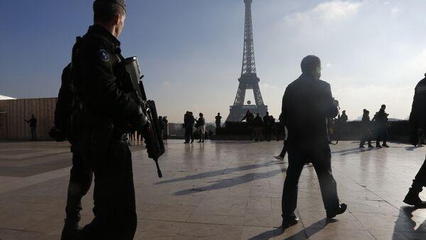 French police officers patrol near the Eiffel Tower, in Paris. - Sputnik International