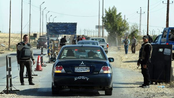 Egyptian police inspect cars at a checkpoint in North Sinai on January 31, 2015 - Sputnik International