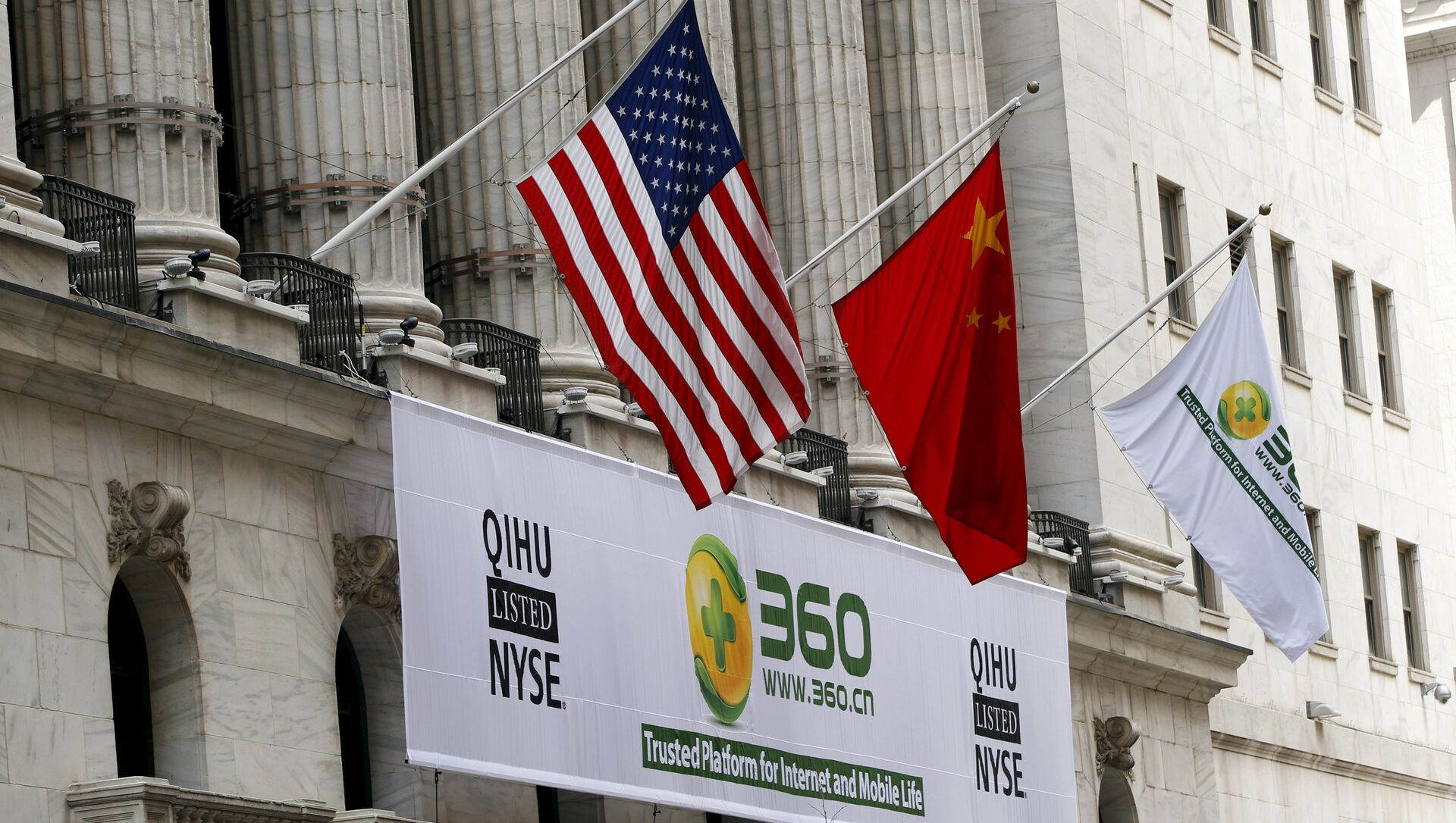 A sign advertising the Qihoo 360 Technology Co Ltd is hung with the U.S. and Chinese flags outside of the New York Stock Exchange before the company's Initial Public Offering (IPO) in New York in this March 30, 2011 file picture - Sputnik International, 1920, 28.07.2021