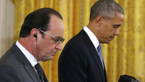 U.S. President Barack Obama (R) and French President Francois Hollande listen during a joint news conference in the East Room of the White House in Washington November 24, 2015 - Sputnik International
