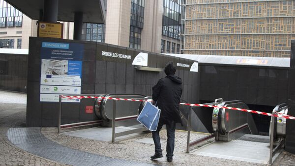A tourist stops at the blocked entrance of a metro station in Brussels on Saturday, Nov. 21, 2015 - Sputnik International