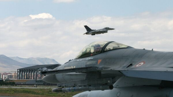 A Turkish F-16 prepares to taxi while another one takes off at 3rd Main Jet Air Base - Sputnik International