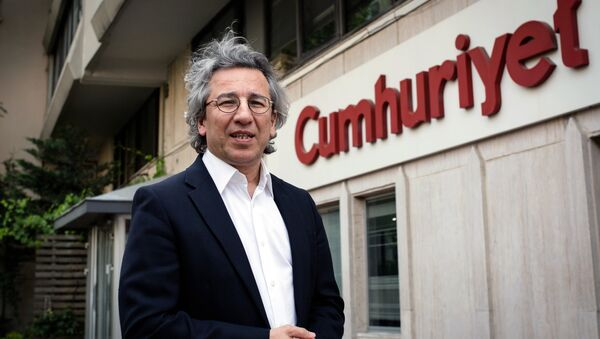 Can Dundar, the editor-in-chief of opposition newspaper Cumhuriyet, speaks to the media outside the headquarters of his paper in Istanbul, Turkey, Thursday, Nov. 26, 2015 - Sputnik International