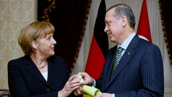 German Chancellor Angela Merkel, left, and Turkish President Recep Tayyip Erdogan exchange gifts before their talks - Sputnik International