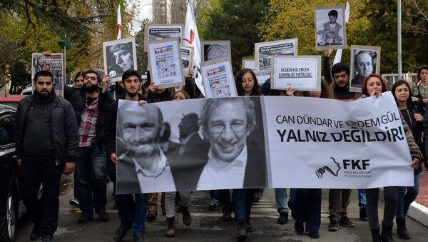 People demonstrate against the jailing of opposition Cumhuriyet newspaper's editor-in-chief Can Dundar and Ankara representative Erdem Gul, in Ankara, Turkey, Friday, Nov. 27, 2015. - Sputnik International