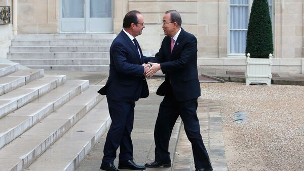 France's President Francois Hollande, left, shakes hand with Secretary General of the United Nations Ban Ki-moon, prior to a meeting at the Elysee Palace, in Paris, Sunday, Nov. 29, 2015. - Sputnik International