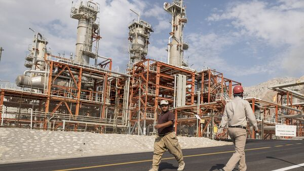 Iranian workers walk at a unit of South Pars Gas field in Asalouyeh Seaport, north of Persian Gulf, Iran November 19, 2015 - Sputnik International