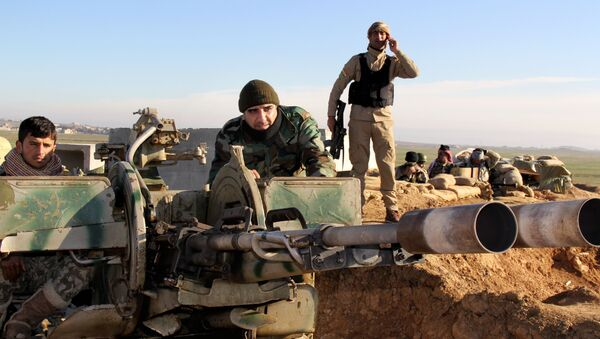 Kurdish peshmerga forces prepare their positions on the front line for battle against Islamic State group positions in northern Iraq. - Sputnik International